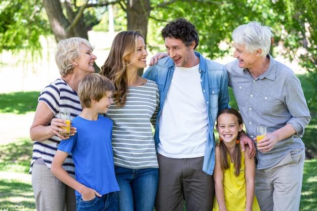 笑顔の家族に立って Premium写真