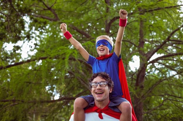 Отец и сын в костюме супермена Premium Фотографии