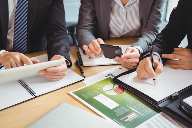 会議室で働くビジネスマン Premium写真