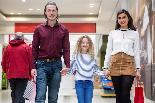 買い物袋と幸せな家族の肖像画 Premium写真