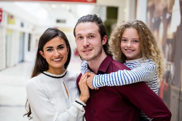 ショッピングモールで幸せな家族の肖像画 Premium写真