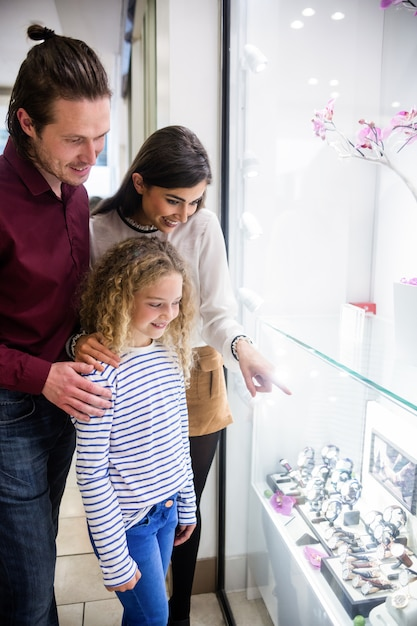 幸せな家族ウィンドウショッピングモールで Premium写真