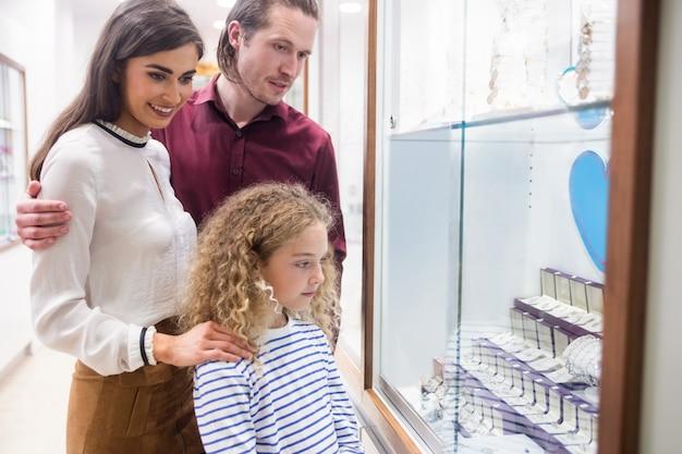 幸せな家族の宝石店でのショッピング Premium写真
