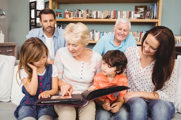 フォトアルバムと祖父母と家族の笑顔 Premium写真