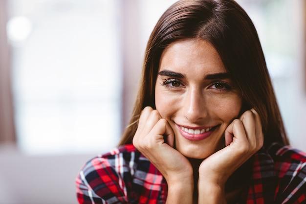 笑顔の若い女性のクローズアップの肖像画 Premium写真