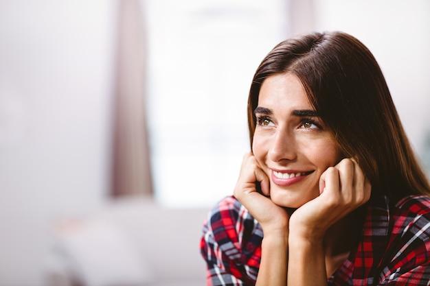 思いやりのある若い女性のクローズアップ Premium写真