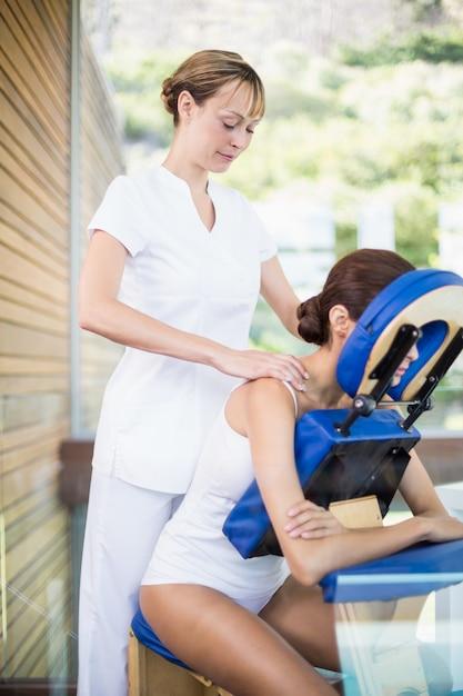 女性に肩のマッサージを与える理学療法士 Premium写真