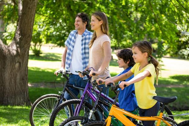 自転車で家族を笑顔 Premium写真