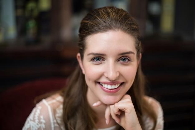 Крупным планом счастливой женщины с руками на подбородке Premium Фотографии