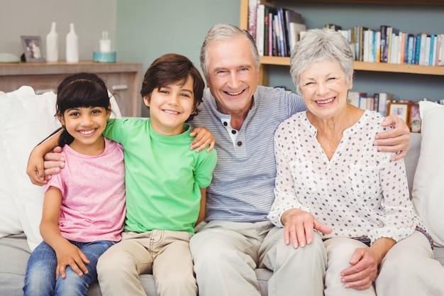 自宅で祖父母と幸せな孫の肖像画 Premium写真