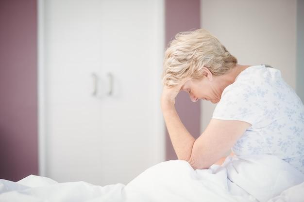頭痛に苦しんでいる年配の女性 Premium写真