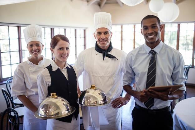 Группа шеф-поваров отеля, стоя в отеле Premium Фотографии