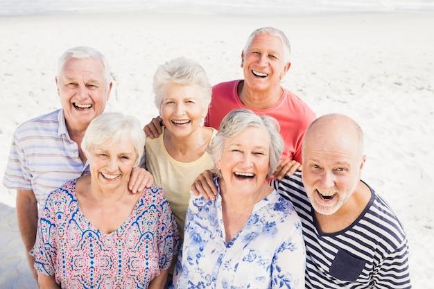 Портрет улыбающихся старших друзей Premium Фотографии