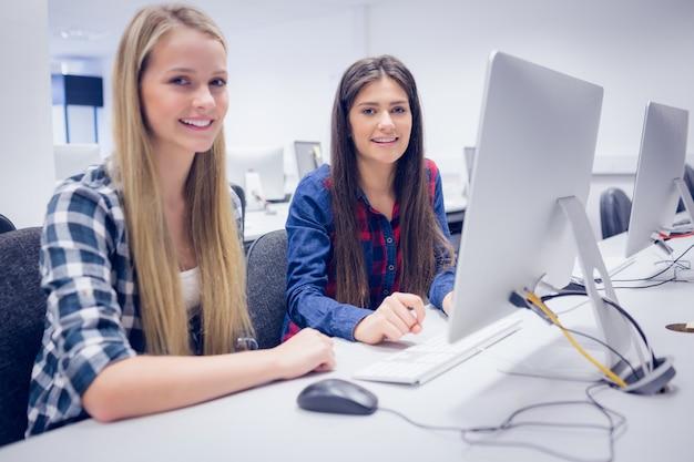 大学のコンピューターで働く学生 Premium写真