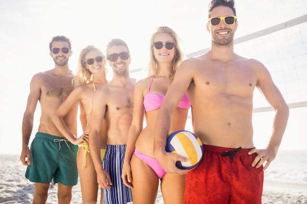 バレーボールをプレイした後、列に並んで友達に笑顔 Premium写真