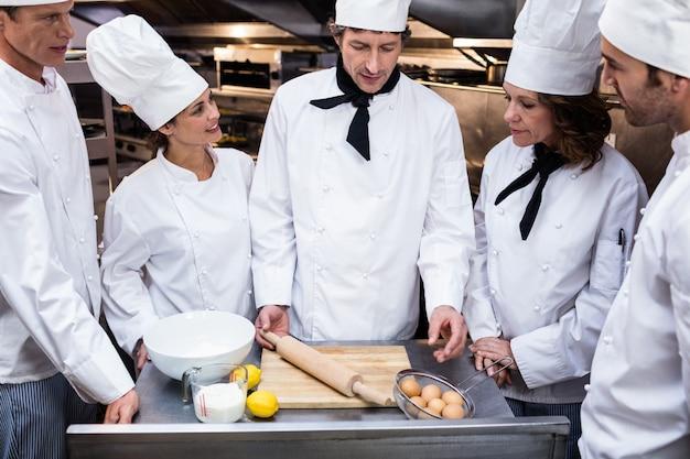 Шеф-повар учил свою команду готовить тесто Premium Фотографии