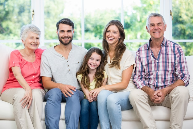 自宅のソファーに座っている幸せな家族 Premium写真