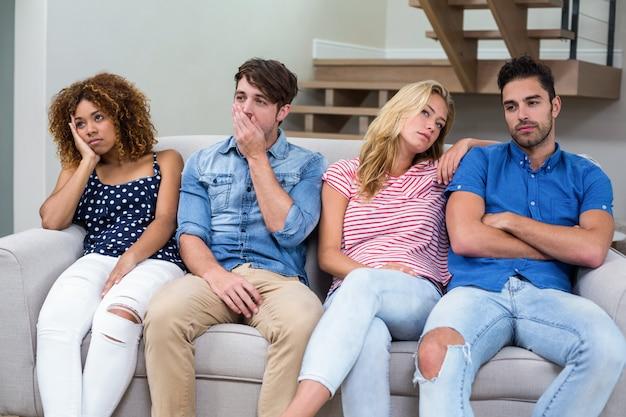 リビングルームのソファで若い友人を混乱させる Premium写真
