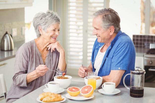 Улыбающиеся старшие пары, имеющие завтрак Premium Фотографии