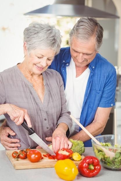 年配の女性が台所で抱きしめる男ながら切断 Premium写真