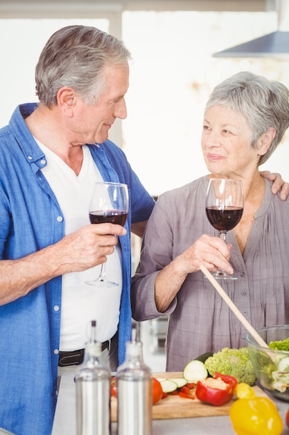 ワイングラスを持つロマンチックな年配のカップル Premium写真
