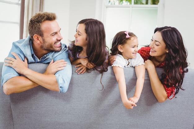 自宅のソファーで幸せな家族 Premium写真