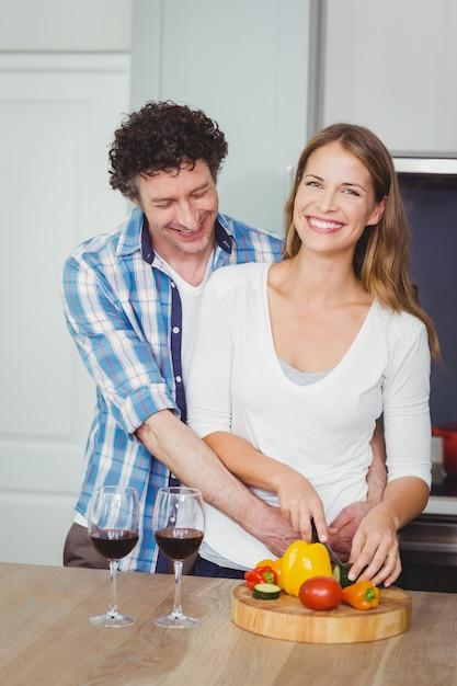 野菜サラダを準備する笑顔のカップル Premium写真