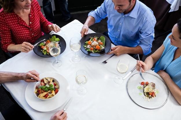 昼食を食べながら話している友人のグループ Premium写真