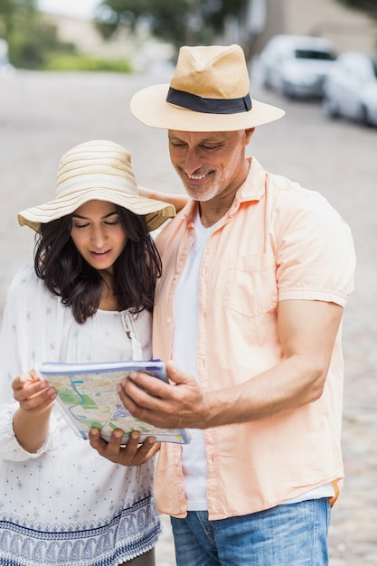 路上に立っている間カップル読書マップ Premium写真