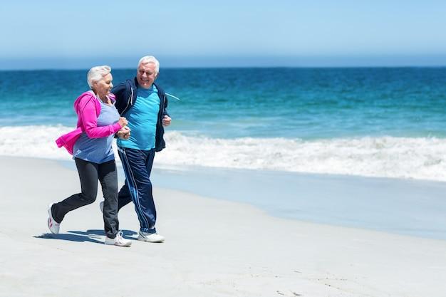 Милая зрелая пара работает вместе Premium Фотографии