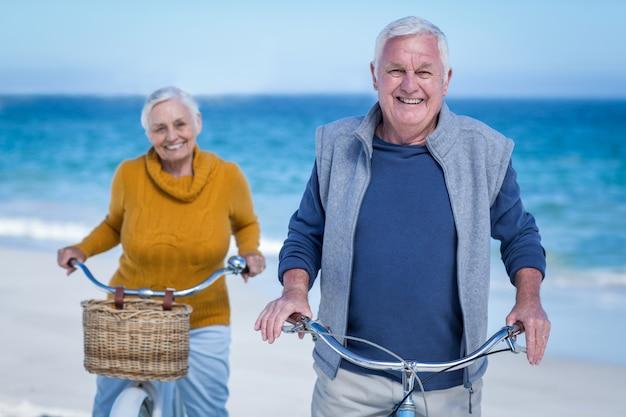 Пожилая пара с велосипедами Premium Фотографии