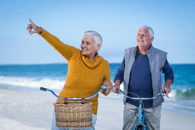 Пожилая пара с указанием велосипедов Premium Фотографии
