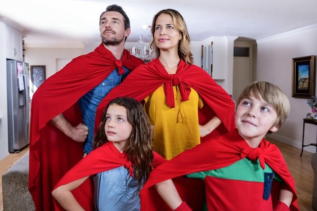 リビングルームでスーパーヒーローのふりをして家族 Premium写真