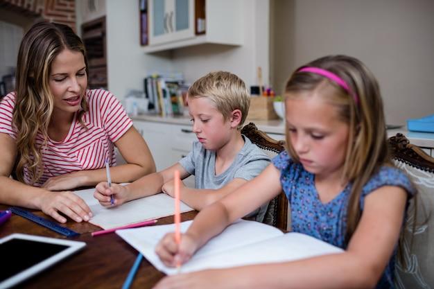 母は子供たちの宿題を手伝います Premium写真
