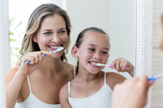 母と娘がトイレで歯を磨く Premium写真