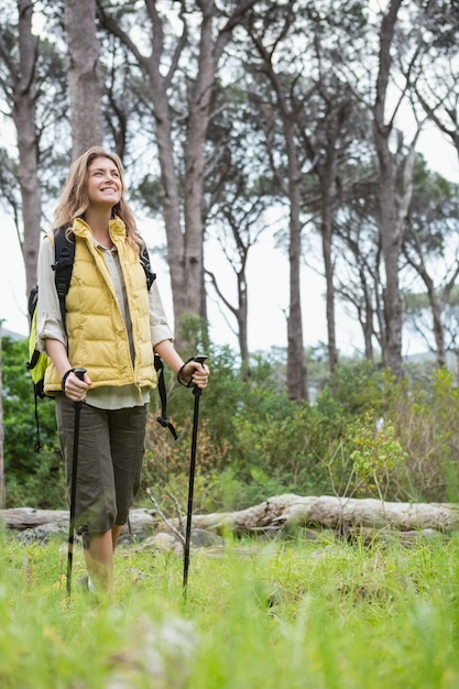 笑顔の女性ノルディックウォーキング Premium写真