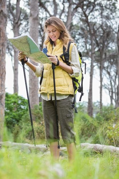 地図とコンパスを持つ女性 Premium写真