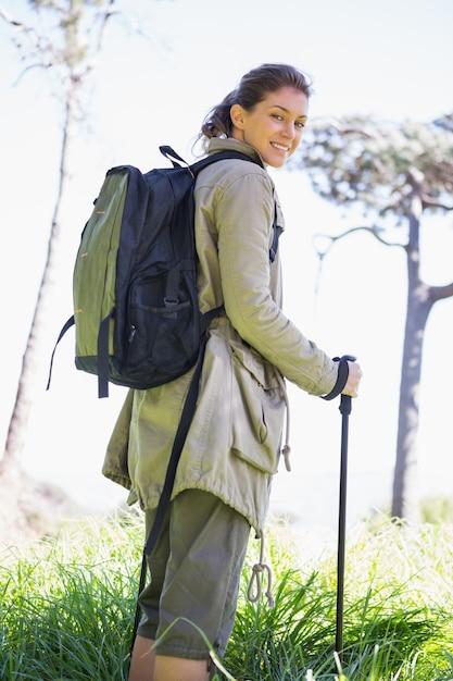 ハイキングスティックを持つ女性 Premium写真
