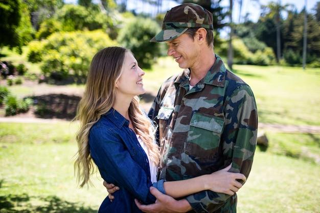 Счастливый солдат воссоединился со своим напарником в парке Premium Фотографии