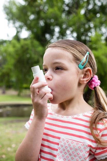 Девушка с помощью астмы ингалятор Premium Фотографии