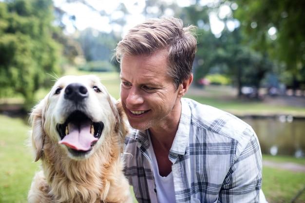 彼のペットの犬と笑みを浮かべて男 Premium写真