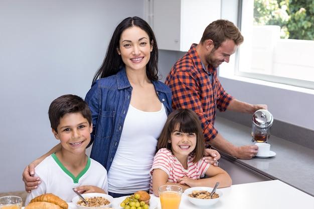 台所で幸せな家族 Premium写真