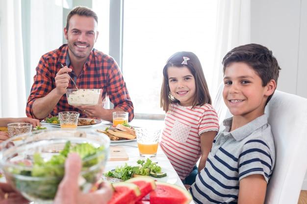 朝食を食べて幸せな家族 Premium写真