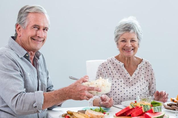 Пожилая пара завтракает Premium Фотографии