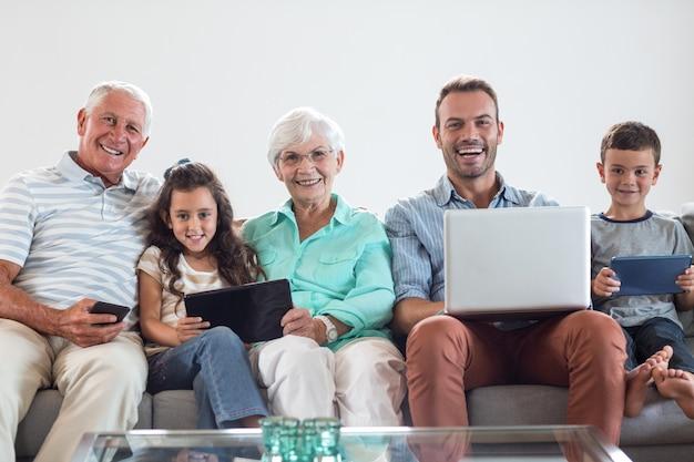 ソファに座って幸せな家族 Premium写真