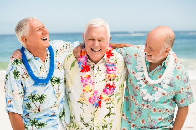 ビーチに立っている年配の男性 Premium写真