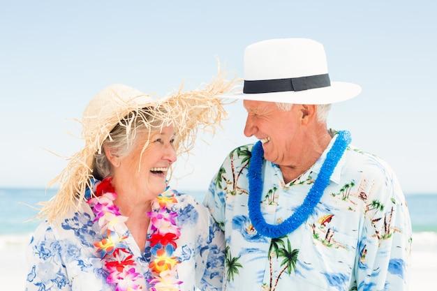 浜に立っている年配のカップル Premium写真