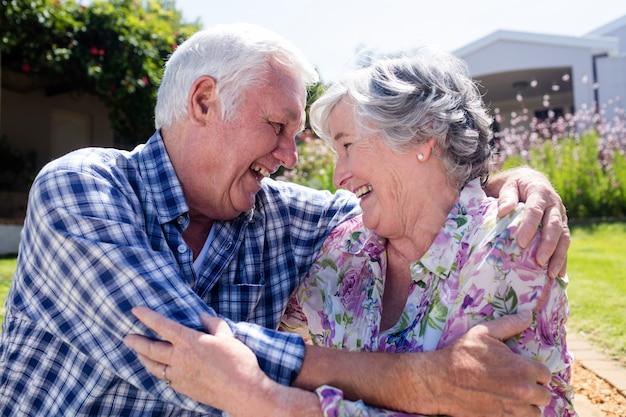 庭を受け入れる年配のカップル Premium写真