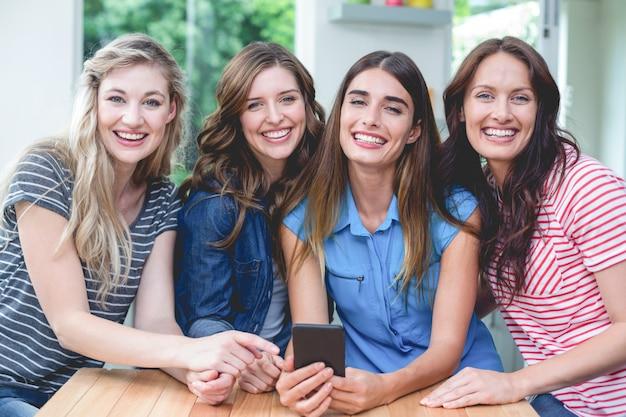 携帯電話を保持している美しい女性 Premium写真