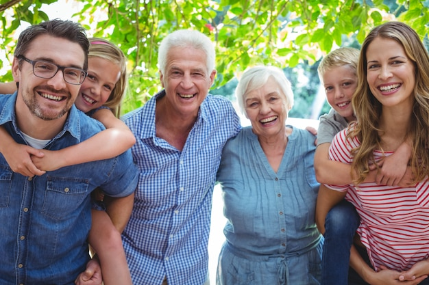 祖父母と家族の笑顔の肖像画 Premium写真
